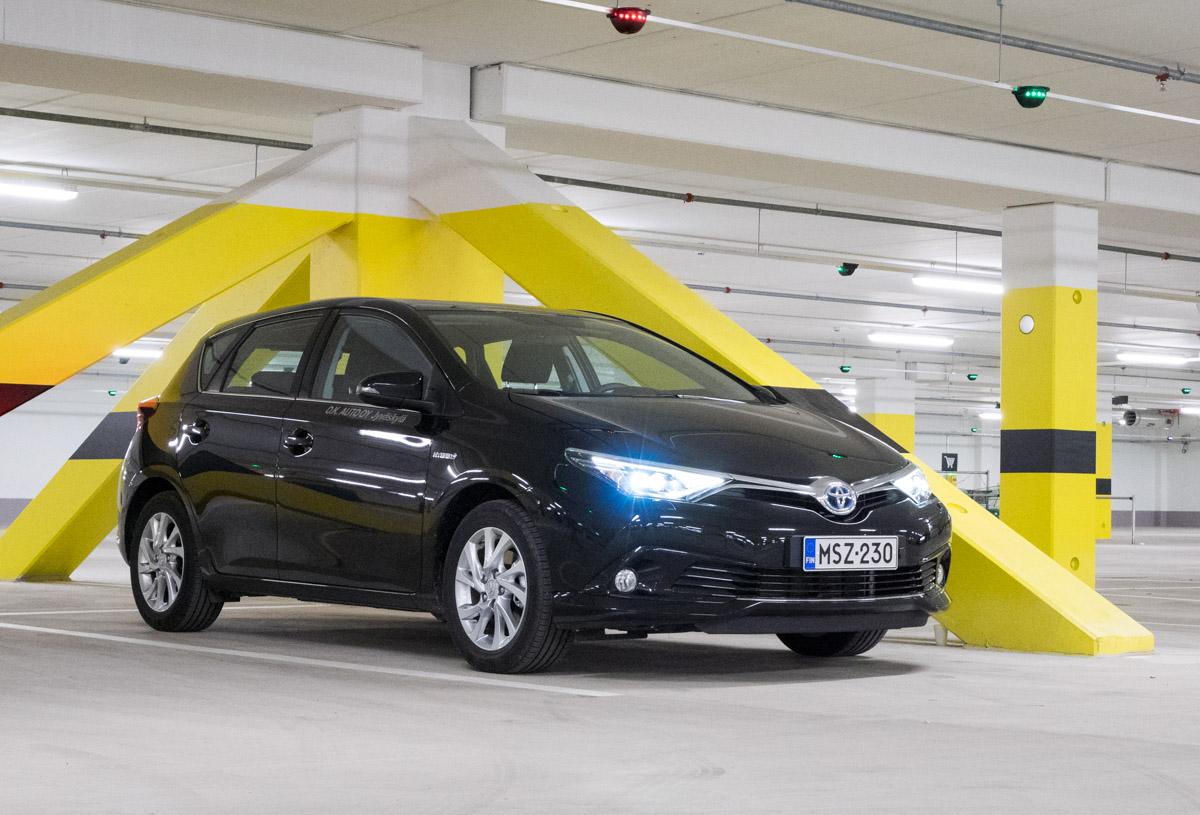 Koeajossa faceliftin saanut superpihi Toyota Auris Hybrid