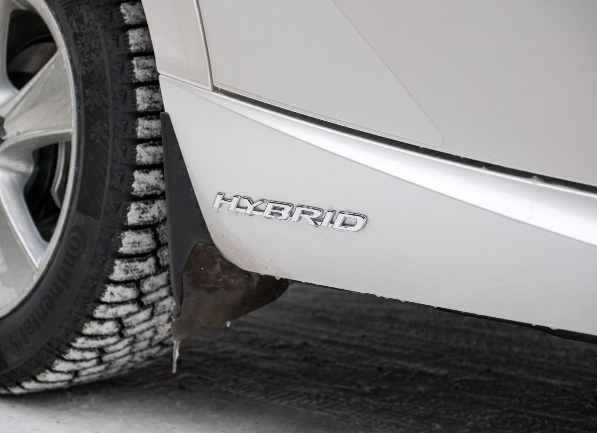 Lexus IS 300 h:ssa on hybrid-logo takapyörän vieressä