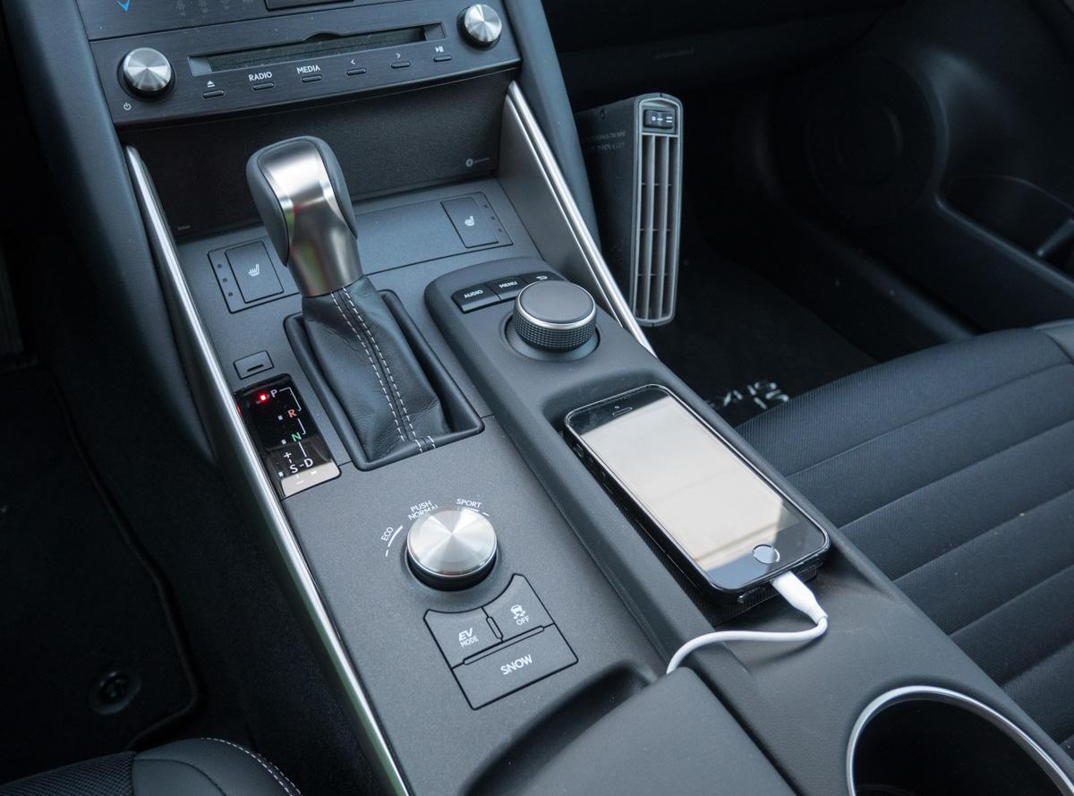 Lexus IS 300h puhelimen latauspaikka
