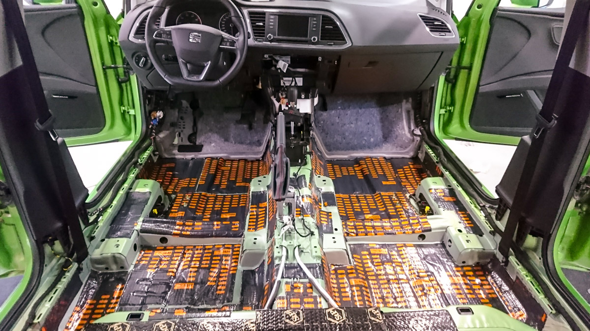 Auton lattian, takaluukun ja konepellin vaimennus
