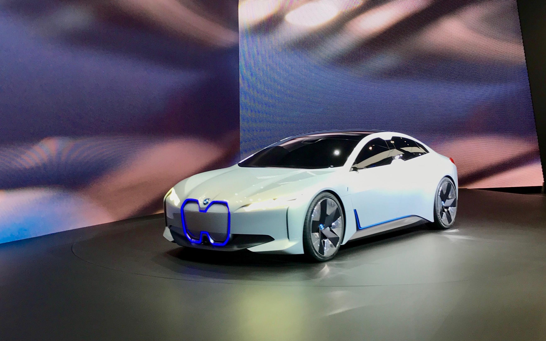 BMW:llä oli Frankfurtissa 2017 kaksi sähköauton prototyyppiä näytillä