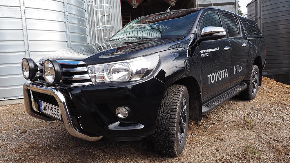 Toyota Hilux Double Cab Active edestä kuvattuna